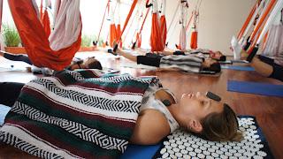 AeroYoga® es el primer método de Yoga Aéreo introducido en España por Rafael Martinez, siendo el AeroYoga®® Institute el precursor de la litoterapia aplicada la trabajo en suspensión. clases de yoga aereo, yoga swing, aero yoga