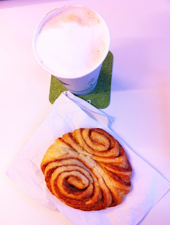 Hamburger Frühstück Franzbrötchen Milchkaffee
