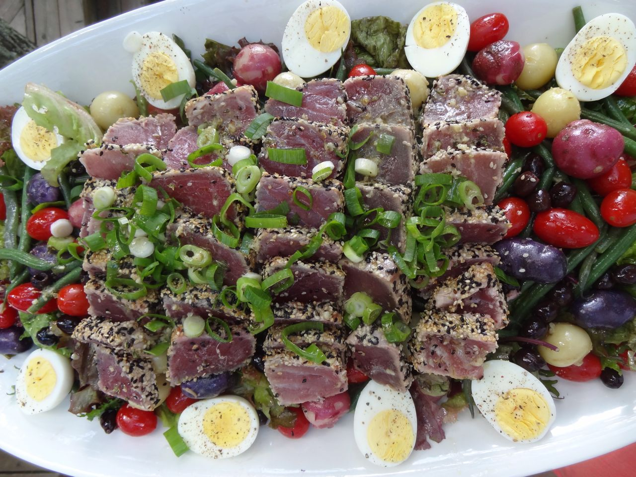 Scrumpdillyicious: Niçoise Salad with Seared Sashimi Tuna