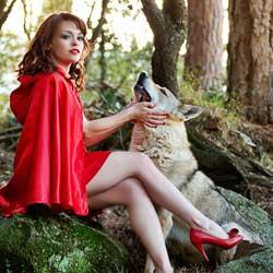 chica con disfraz casero de caperucita roja