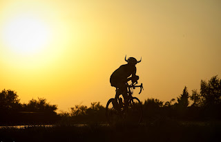 Personaggi da RAAM -  Gunnar Ohlanders,   Team Ultra-Cycling Viking , pushes into the evening towards El Dorado, KS