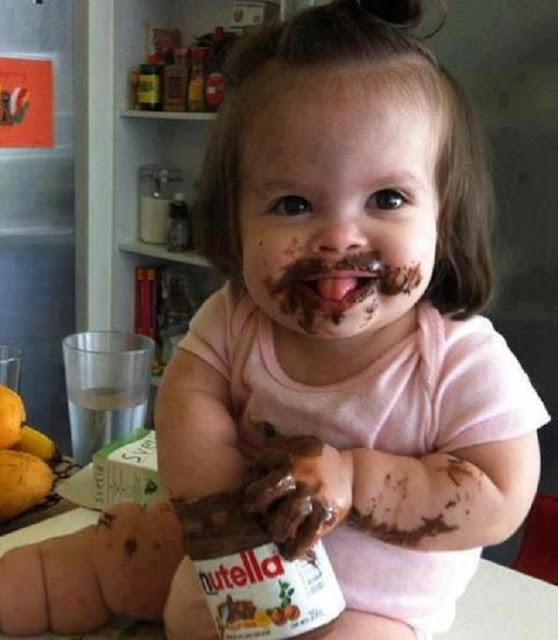 bébé noyé dans son délicieux chocolat à tartiner
