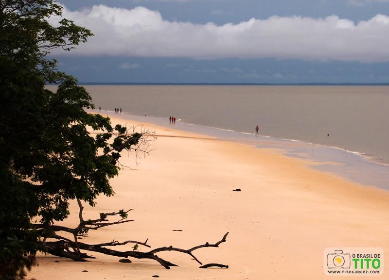 Vista a partir do barranco da praia do Vai-Quem-Quer, na ilha de Cotijuba, no Pará