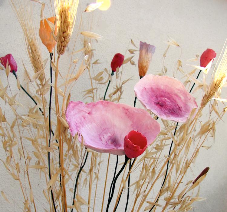 Matrimonio sostenibile: centrotavola di fiori di carta giganti, rosso arancio dipinti a mano