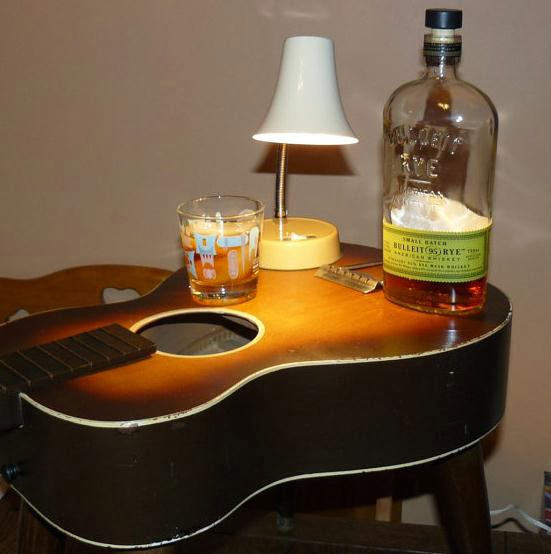 Reciclar guitarra como mueble bar