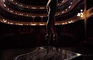 Μπαλαρίνα κόβει την ανάσα χορεύοντας με παπούτσια μπαλέτου που έχουν τεράστια... κοφτερά μαχαίρια!