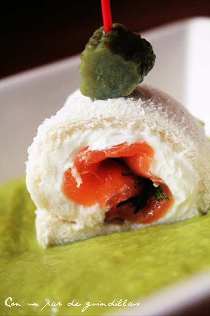 Rollo de salmón, queso y eneldo sobre un salmorejo de trigueros