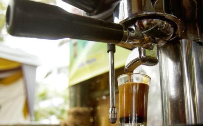 ESPRESSO yang keluar hasilnya terdiri dari crema di lapisan atasnya dan kopi cair di bagian bawahnya