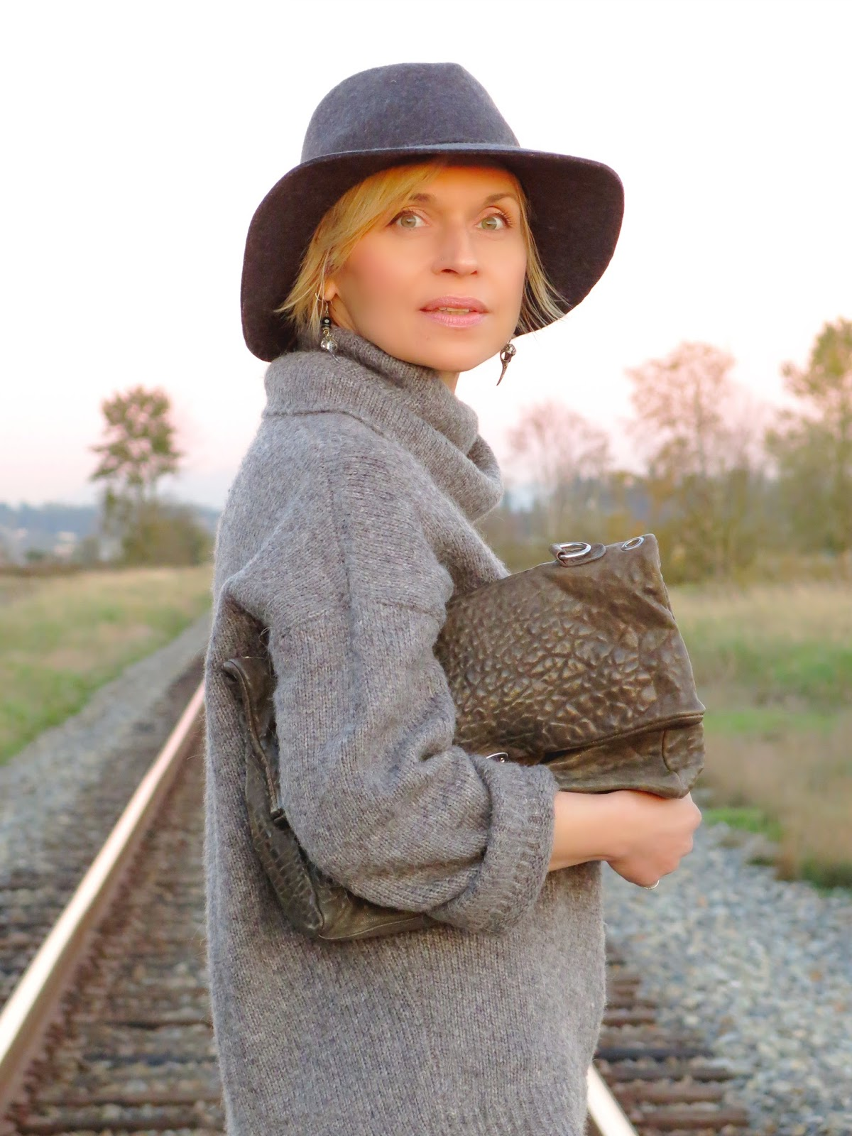 oversized turtleneck sweater, pebble-textured satchel, and floppy hat