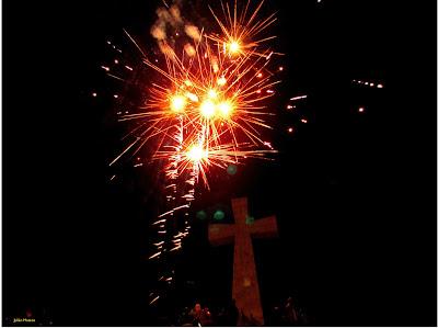 Fuegos artificiales sobre la peña de la Cruz