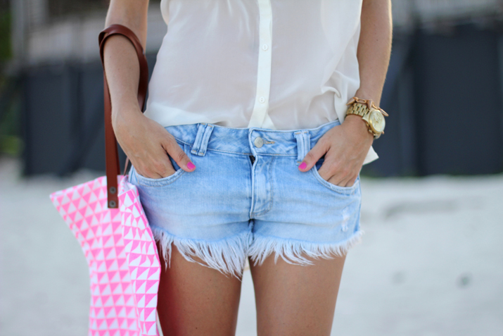 Fashion inspiration photo: denim shorts, white blouse and fucsia touch.