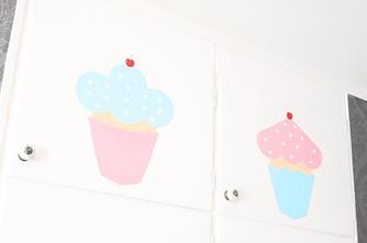 handmålade cupcakes på min dotters garderobsdörrar