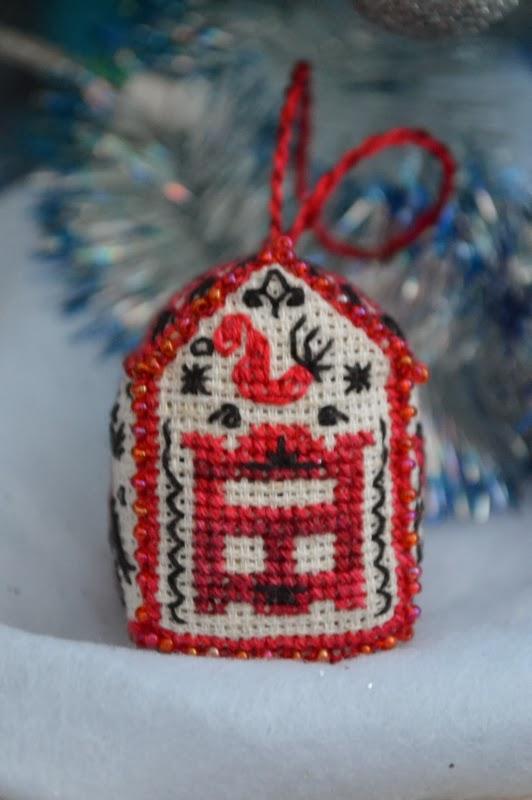 Домик-брелок в стиле мезенской росписи