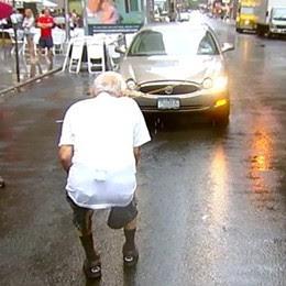 AKSI Mike Greenstein menarik sebuah kereta menggunakan gigi di New York sempena hari kebangsaan AS, kelmarin.