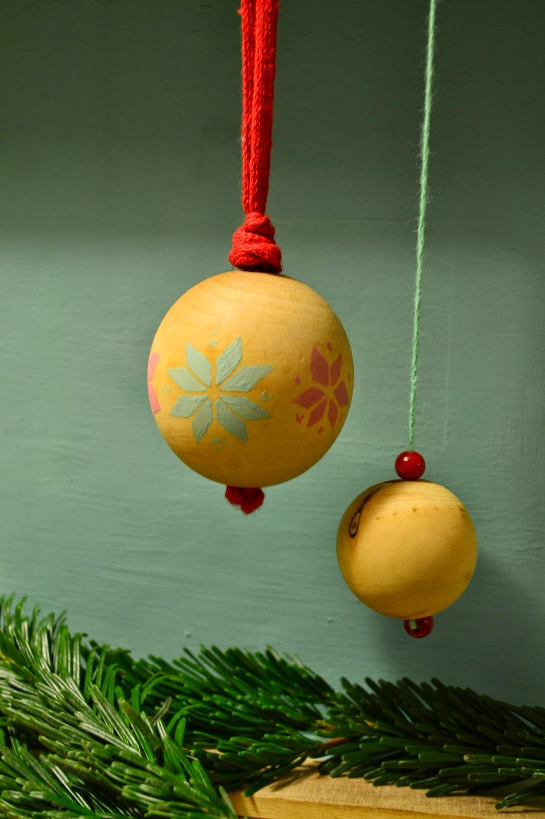 Weihnachtskugeln selber machen, Holzkugeln bemalen