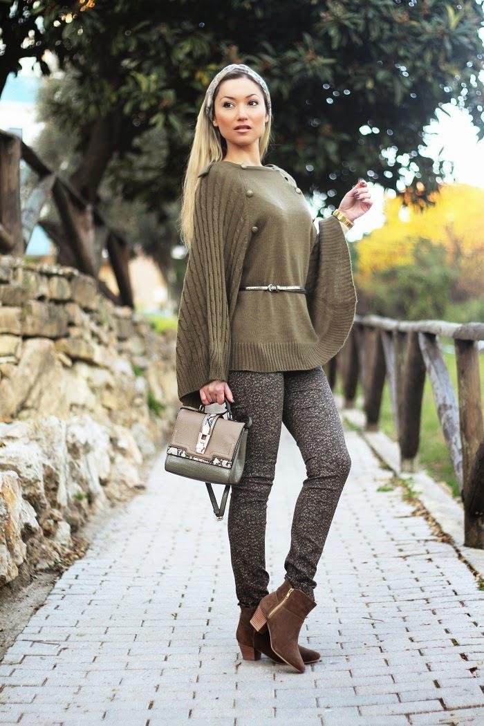 O outfit de hoje é daqueles Looks que fica bem em qualquer idade e dá um ar muito sofisticado. As capas estão super na moda. Para quem é adepta desta peça, é aproveitar o momento. Gostei imenso desta capa de malha verde cáqui.Dicas de Moda e Imagem. Blog de Moda Style Statement. Tendências. Outono/Inverno. Look do dia. Khaki green cape.