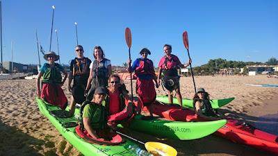 Foto de grup amb els kayaks a punt per la travessa per la Costa Brava