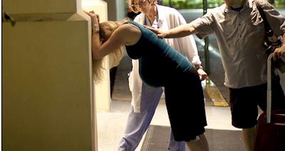 Seorang Ibu Melahirkan di Halaman Rumah Sakit Tanpa Peralatan Medis