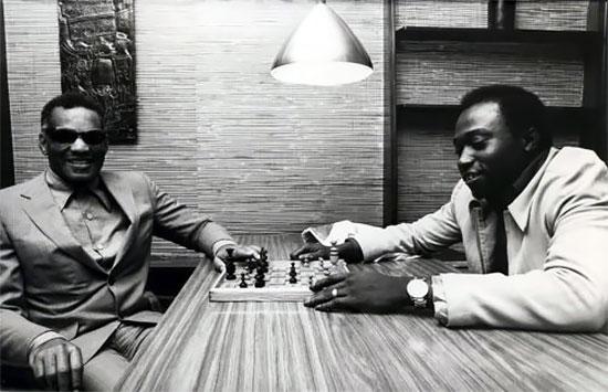 Ray Charles dont la musique transcende les générations, n'a jamais laissé sa cécité prendre le dessus sur sa vie
