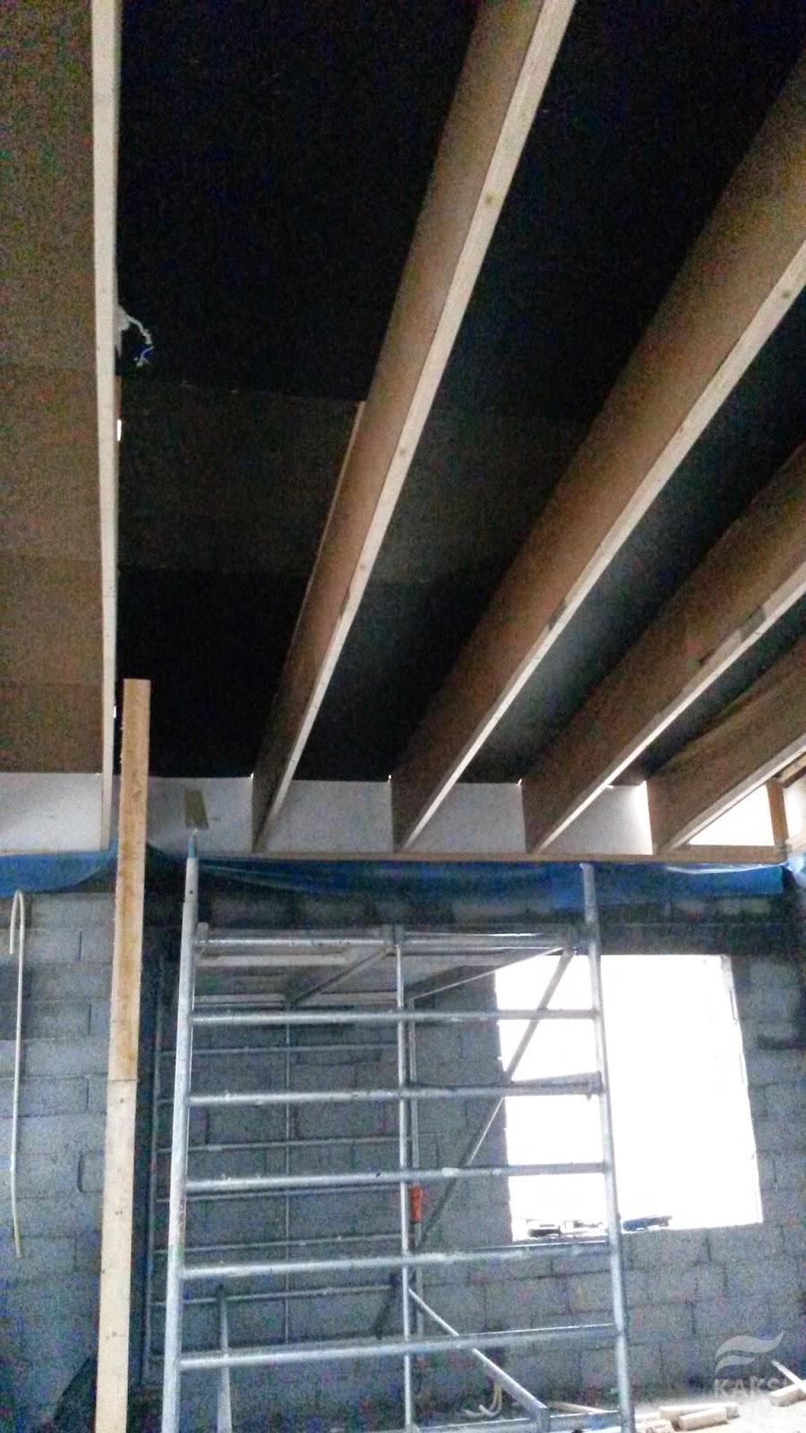 Kaksi Savua: kattotuolit, muovit ja tuulensuojalevyt