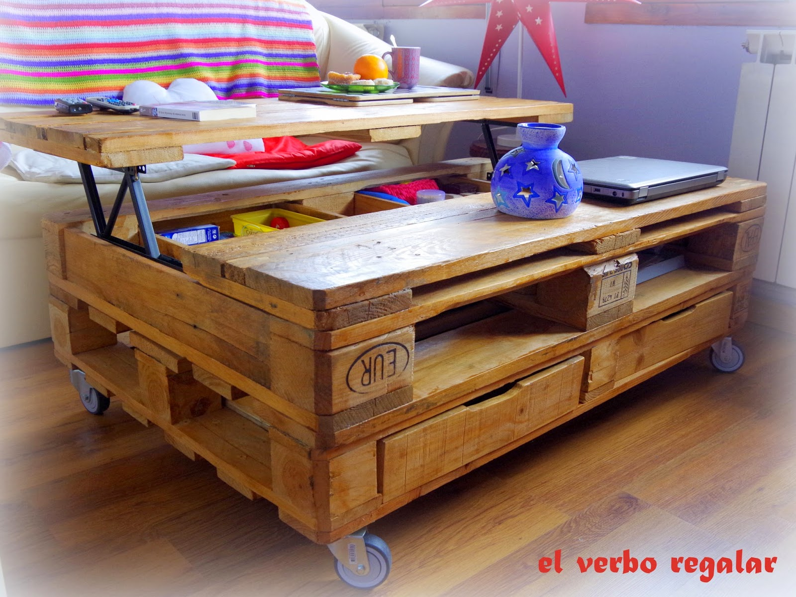 El verbo regalar mesa elevable con palets ideas diy caseras for Palet jardin salon mesa