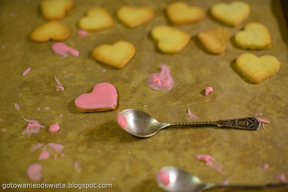 ciasteczka serduszka dekorujemy lukrem
