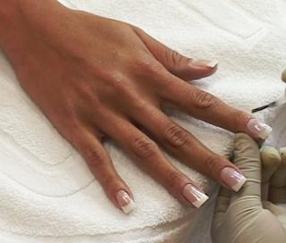 passando esmalte nas unhas