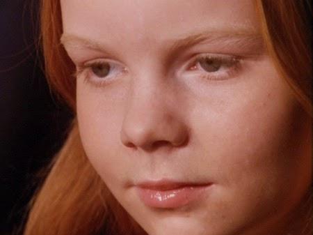 Petite fille regardant La Flûte enchantée dans l'opéra filmé de Ingmar Bergman (1975)