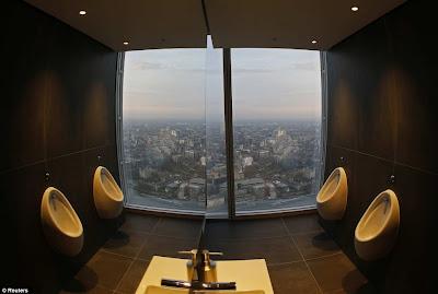 gambar menunjukkan sebuah bilik tandas di tingkat 69 bangunan itu.
