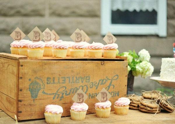 cupcakes sobre cajon vintage - fiesta cumpleaños country vintage