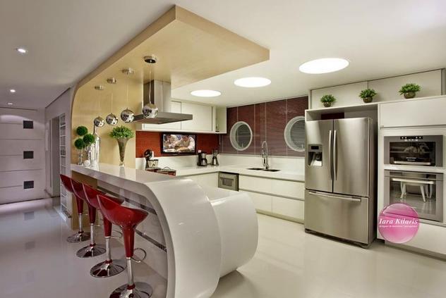 para sua cozinha branca, com pedra branca, mas com banquetas brancas e