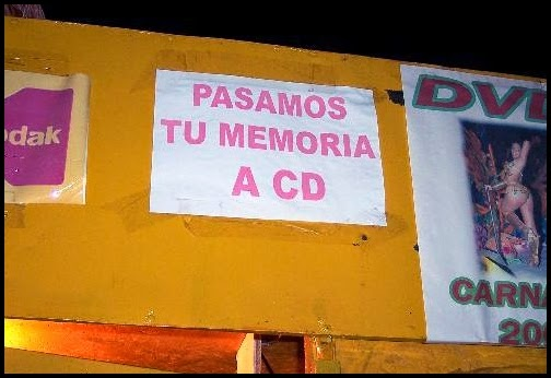 Cartel ofreciendo pasar tu memoria a CD.