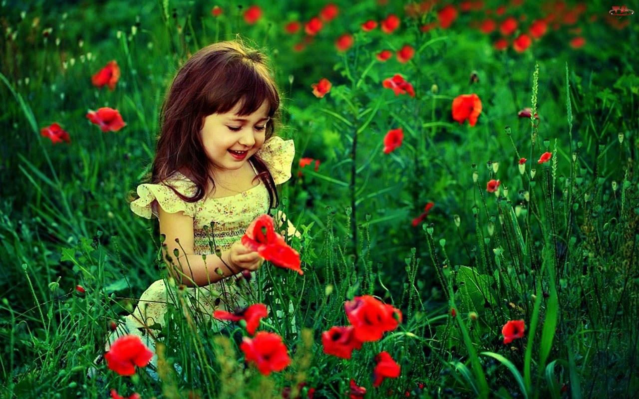 Gambar bayi cantik bermain dengan bunga gratis wallpaper