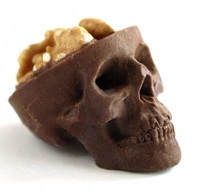 Kranium af chokolade med valnød som hjerne
