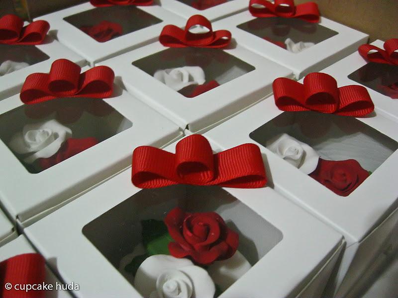 Wedding door gift nazima cupcake huda wedding door gift nazima negle Image collections
