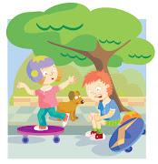 Niños jugando con sus triciclos en el jardín peques jugando triciclos jardin