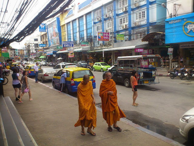 Буддийские монахи в Паттайе