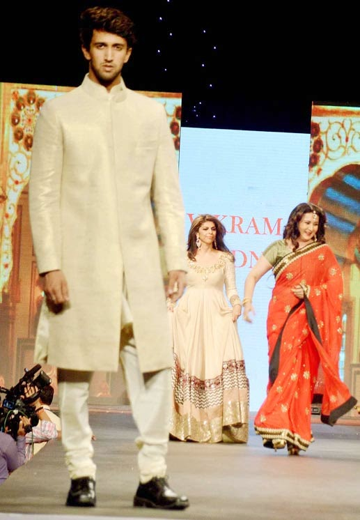 Bollywood Actress Formaer Actress Poonam Dhillon falls while ramp walk