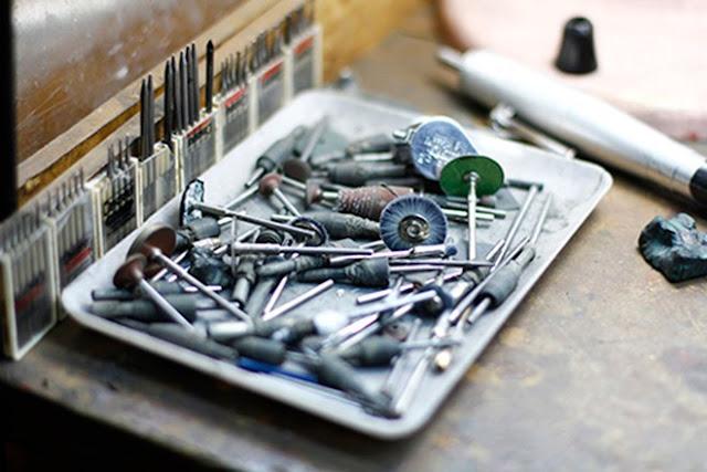 Bộ dụng cụ dùng để chế tác trang sức ngọc trai.