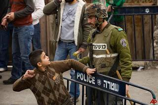 طفل فلسطيني أرجل من الرجال !