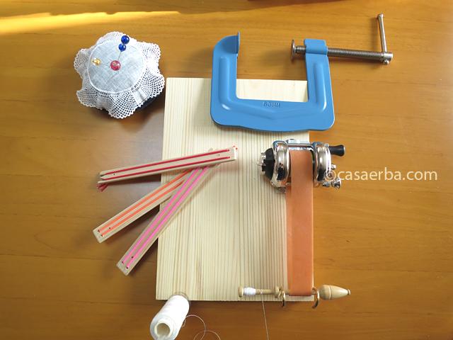 手作り ボビンレースの糸巻器とボビン押さえ