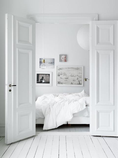 kunst i det hvide soveværelse