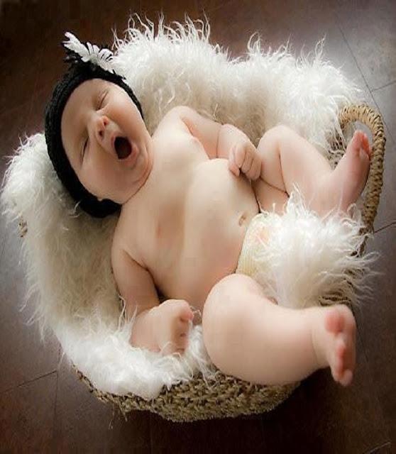 bébé mignon qui est en sommeil dans un couffin