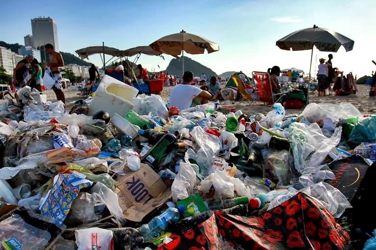 A Companhia Municipal de Limpeza Urbana do município do Rio (Comlurb) removeu aproximadamente 369 toneladas de resíduos em Copacabana, Zona Sul, neste réveillon.