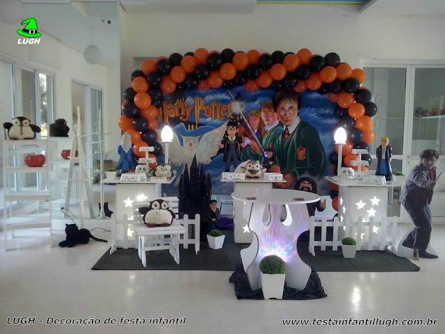 Tema Harry Potter em mesa provençal para decoração de festa de aniversário infantil