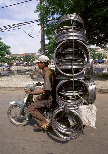 15. Bicicleta motorizada com carga pesada