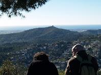El mirador de l'extrem sud del Montpedrós ens permet veure el mar i el Montbaig amb l'ermita de Sant Ramon