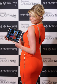 Kate Upton shows off her great body in a tiht dress and presents Samsung Galaxy Note 10.1 in New York