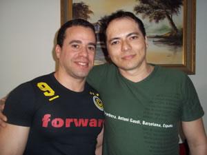 Fernando Alcântara de Figueiredo e Laci Araújo, no apartamento onde moram, em Brasília. (Foto: Iara Lemos)