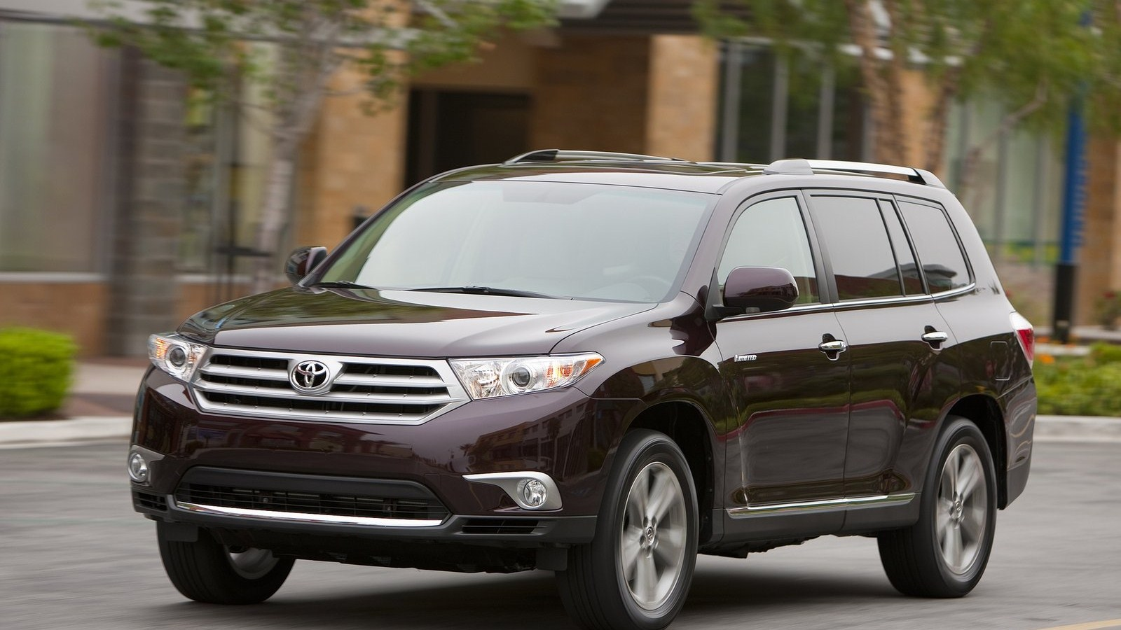 the 2011 toyota highlander is available in three trims base se and auto design tech. Black Bedroom Furniture Sets. Home Design Ideas